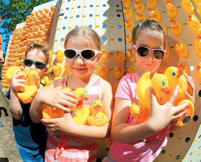 Von links: Ilias (4), Mia-Sophie (6) und Selina (7) haben ihre gelben, kleinen Flitzer rennfertig gemacht.