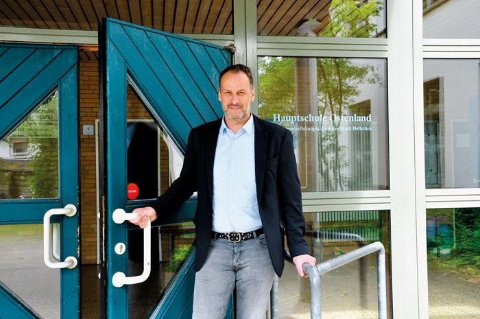 Oliver Austenfeld schließt die Türen ab. Nach den Sommerferien werden in der Hauptschule Ostenland keine Schüler mehr unte