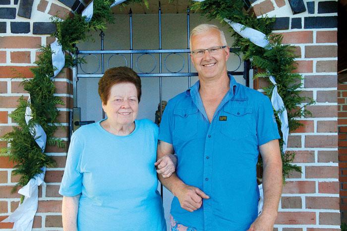 Maria und Sohn Günter Pepping vor der Kapelle, der Junior erfüllte seiner Mutter einen Herzenswunsch.