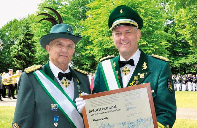 Große Ehre für Delbrücks Bürgermeister Werner Peitz (rechts): Dem Ehrenoberst der St.-Josef-Schützenbrüder wurde vom Di