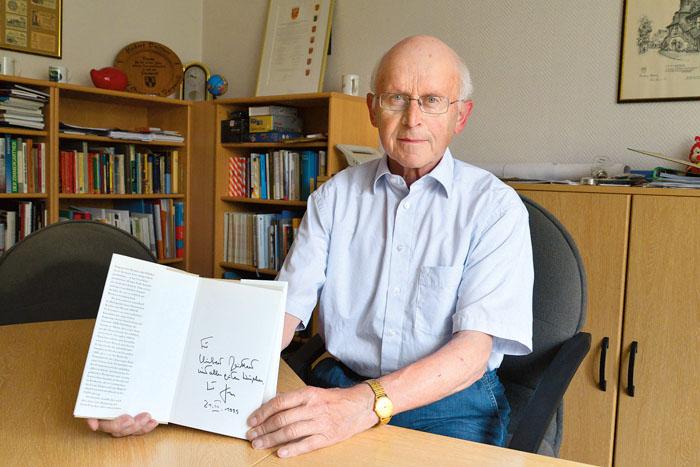 Eine bleibende Erinnerung an den Altkanzler: Zu seinem 54. Geburtstag bekam  Hubert Deittert ein Buch von Helmut Kohl geschen