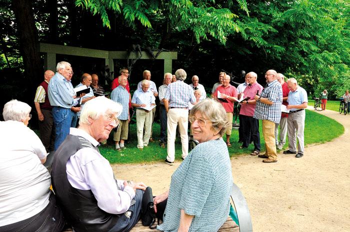 Ein Hörgenuss im Klostergarten auch für Dr. Wilfried und Hilde Koch – der Männergesangverein Liedertafel gab im Skulptur