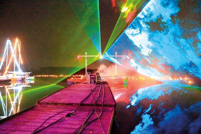 Die fantastische Lasershow gehört zu den Höhepunkten beim Lichterfest am Heddinghauser See und taucht die Umgebung in ein g