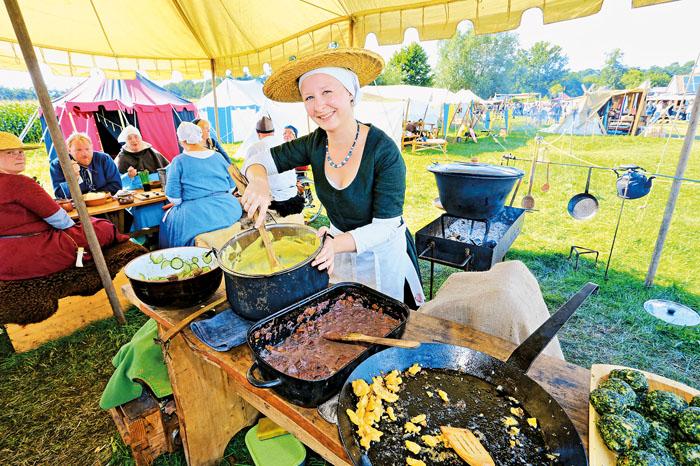 Statt Schmalhans in der Küche gibt es zum Mittelalterfest ein Gelage. Wiebke Moldenhauer serviert ihren Gästen Schweinebrat