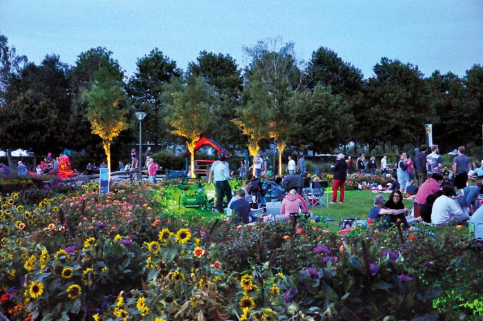 Das erste Moonlight-Picknick im Gartenschaupark Mitte, veranstaltet bei Vollmond auf der großen Wiese am Untersee, lockte za