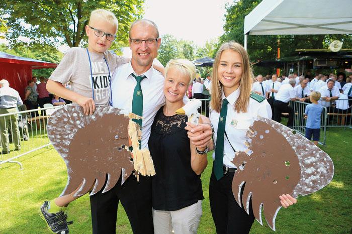 Die Königsfamilie: Regent Markus Brökelmann mit seiner Ehefrau Anja und den beiden Kindern Sohn Luca und Tochter Lara. Ge
