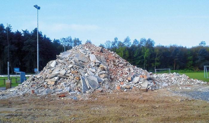 Es war einmal – ein Haufen Schutt liegt noch am Sportplatz – es sind die Überreste des bisherigen Vereinsheimes, das 37