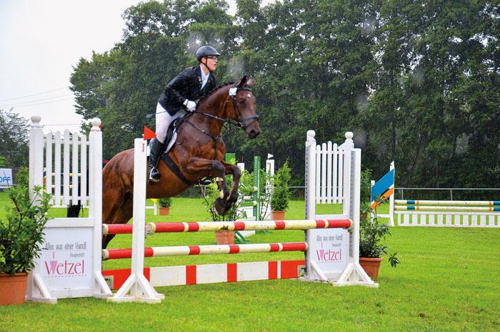 Tim Hauptstein siegte mit seinem Pferd Probot in einer der Springprüfungen klar. Er war damit einer von vielen Teilnehmern d