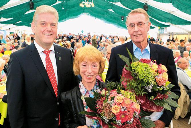 Bürgermeister Werner Peitz (v.l.) überreichte die Ehrennadeln der Stadt an Ingrid Nachtmann und Stefan Wecker. Fotos: Steg