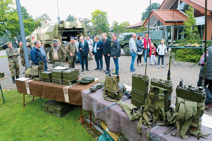 Schon früh überzeugten sich die Ehrengäste von der Ausstellung diverser Militärgegenstände und - fahrzeuge. Unter andere