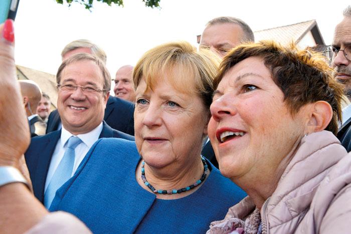 Eine Kanzlerin zum Anfassen - die Sicherheitskräfte mochten schier verzweifeln, denn Angela Merkel nahm sich beim Einmarsch