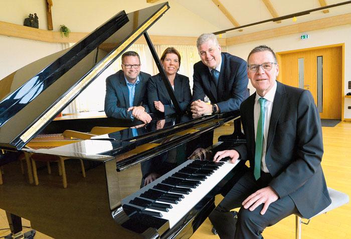Andreas Kemper (Stadtsparkasse Delbrück, v.l.), Britta Kuboth (Demag), Bürgermeister Werner Peitz und Kantor Dr. Hans-Peter
