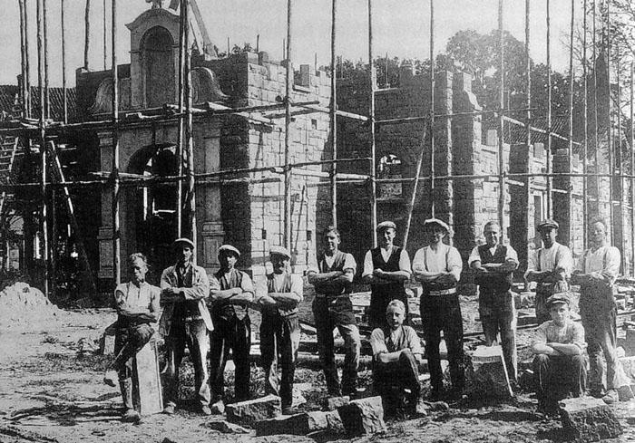 Am 22. Mai 1928 gehörte der Großvater von Manfred Simon, Josef (links), zu den kräftigen Kerlen, die sich um den Bau der P