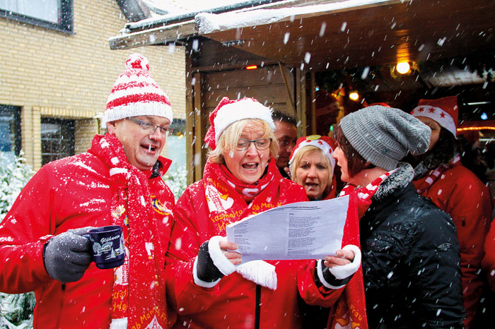 """Fröhliche Menschen im Schnee! Das ist """"Mastholte hilft"""", top Stimmung ist garantiert. Foto: robui"""