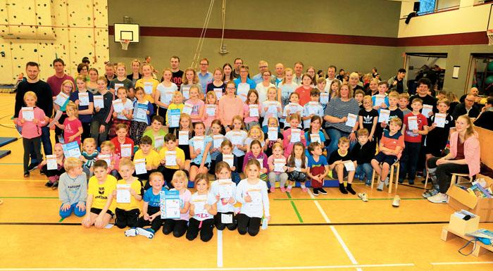 Das Sportfest ist ein voller Erfolg. Viele Jungen und Mädchen des FC Westerloh-Lippling nehmen das Sportabzeichen entgegen