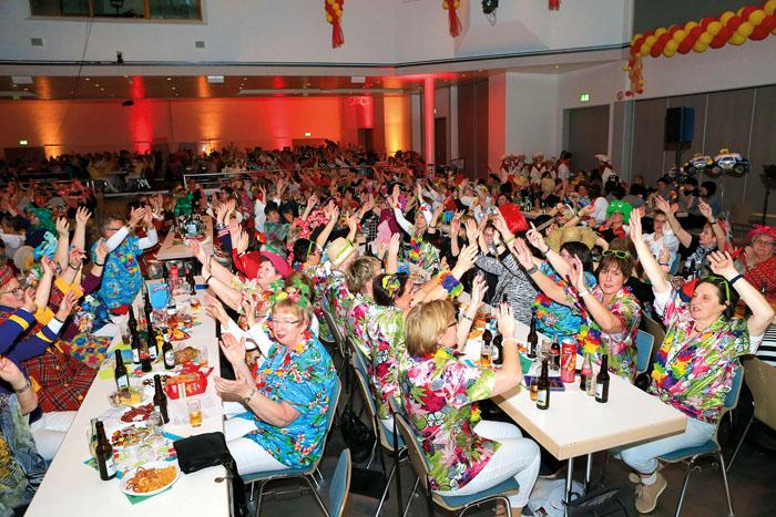 """""""Und dann die Hände zum Himmel..."""": Die Stimmung beim Karneval des KDFB ist ausgelassen. Zahlreiche Damen feiern kräfti"""