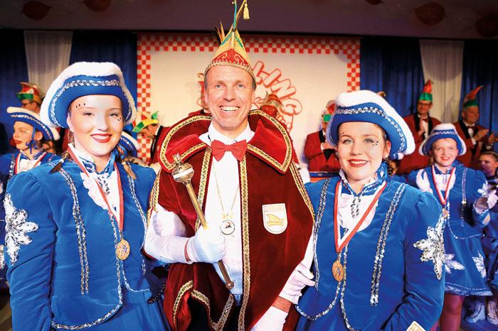 Prinz Gisbert II. Skirde wird begleitet von Michelle Büser (links) und Luisa Hamschmidt.  Foto: DSA/Steg