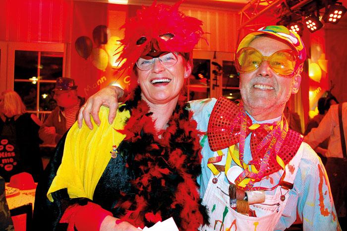 Ganz schön jeck: Die Stammgäste der AKC-Sitzungen, Irmgard und Norbert Bartels in auffälligen Kostümen.
