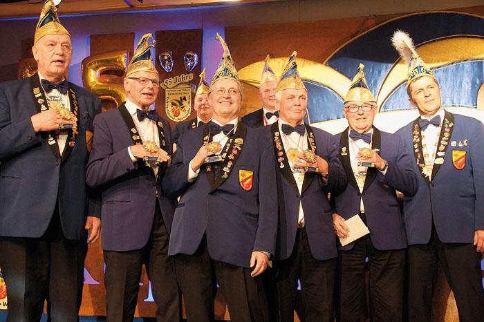 Ehrung für die Alte Garde: Friedhelm Gehle, Hubert Gerwing, Christian Lefeld, Hansi Meier, Otto Strathoff und Präsident Pet