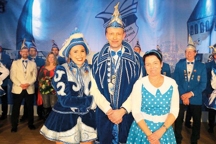 So lässt es sich feiern: Eingerahmt von Solomariechen Rebekka Jostwerner und Ehefrau Ulrike fühlt sich Prinz Reinhard II. H