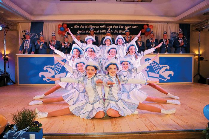 Die Westenholzer Tanzgarde erntet mit ihrer durchdachten Choreografie auf der Bühne eine weitere Rakete vom närrischen Publ