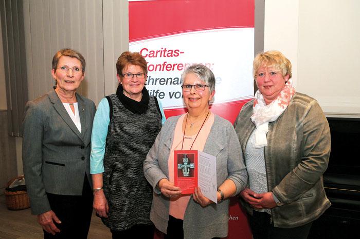 Renate Loeser (Caritas Regionalverband, v.l.), Monika Schrör und Monika Hansjürgens (rechts) gratulieren Christa Kampmeier