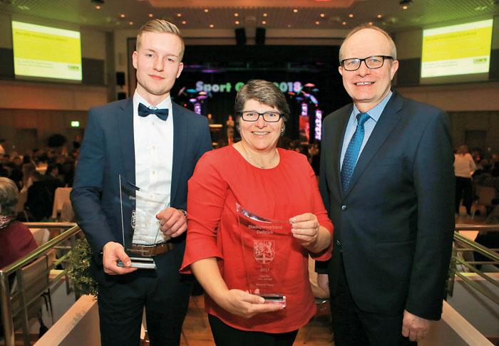 Philipp Hartkämper und Margarete Hane feuen sich über ihre Auszeichnungen. Es gratuliert Bernhard Hoppe-Biermeyer (von link