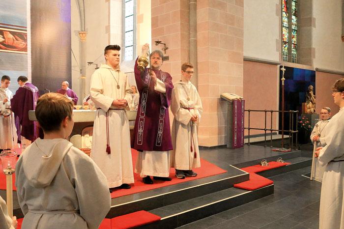 Diakon Johannes Koch (mitte) stellte sich in seinem neuen Amt in der Delbrücker Pfarrkirche nur einen Tag nach seiner Weihe