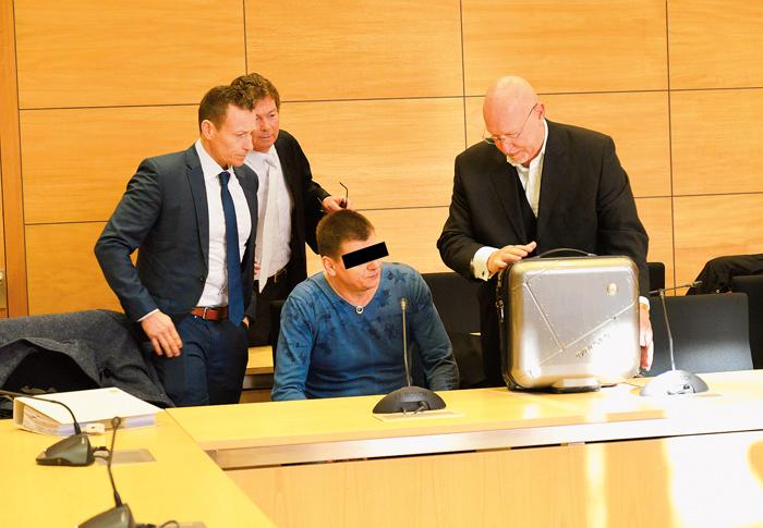 Artur T. berät sich mit seinen neuen Anwälten Björn Nordmann (links) und Matthias Doehing (rechts). Der Angeklagte wirkt g