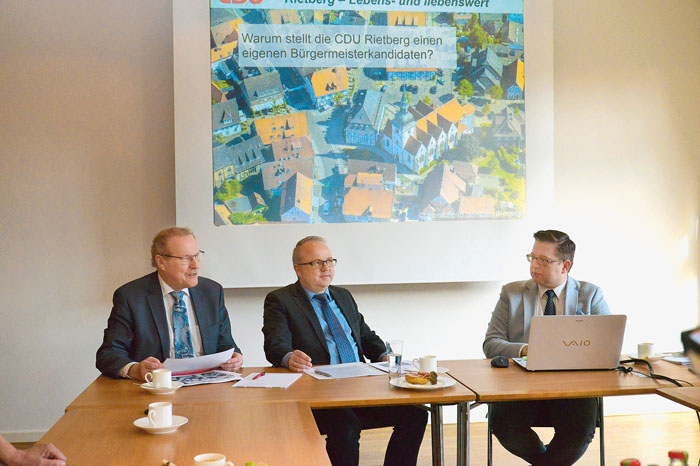 """Ein Bild aus """"glücklichen Tagen"""", der da noch amtierende Stadtverbandsvorsitzende Bernhard Altehülshorst (li.) und Frak"""