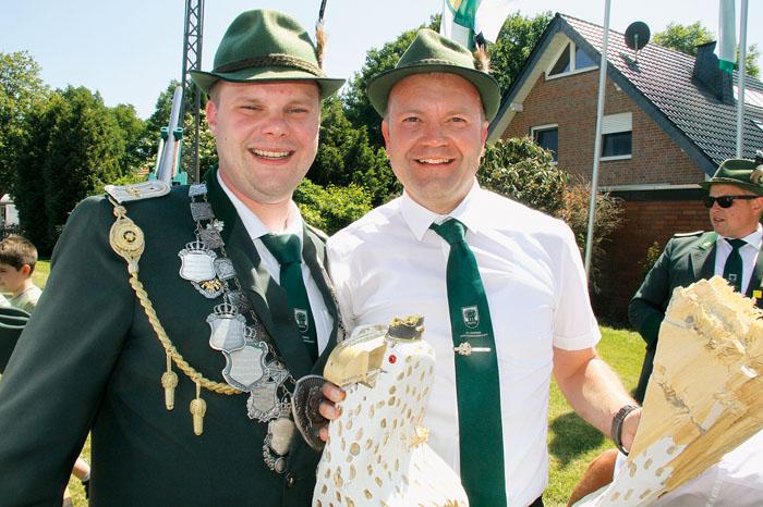 Machtwechsel: Vorjahresregent Achim Kolkmann (links) gönnte Dirk Meier den Sieg im Vogelschießen von ganzem Herzen.
