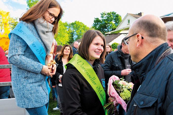 Eine große Gratulantenschar beglückwünschte die neue Maikönigin Chantal Humann, die von ihrer Vorgängerin Isabell Habig