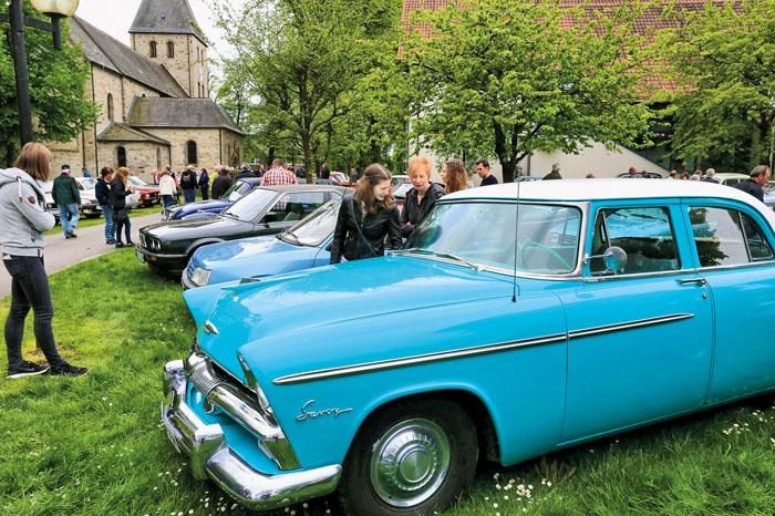 Rund um die Kirche in Boke hatten sich Freunde alter Automobile in Scharen versammelt. Staundende Augen und angeregte Fachsim