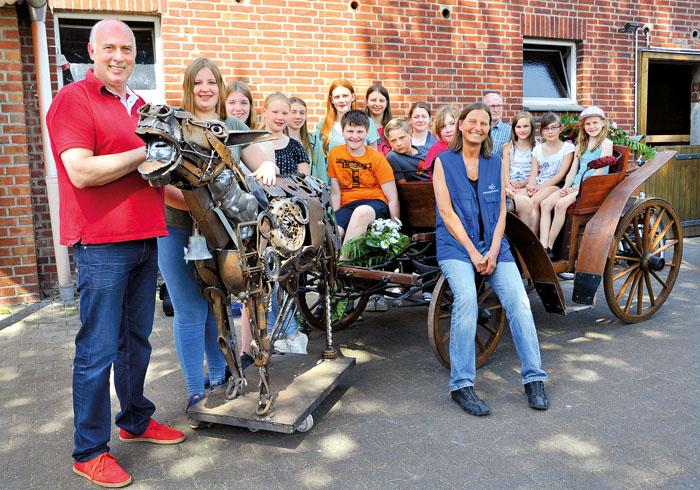 Der Rietberger Künstler Angelo Monitillo (links) hat Vereinsgründerin Astrid Reinke (vorne Mitte) den rüstigen Esel Herber