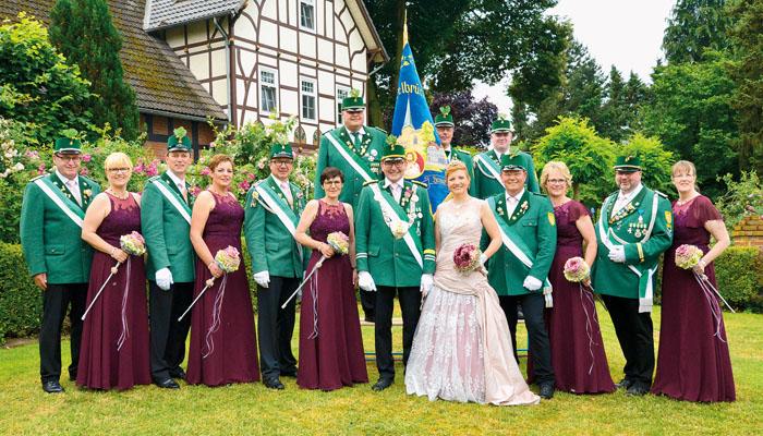 Dem Delbrücker Schützenthron gehören (vorne von links) Klaus und Renate Müller, Reinhard und Reinhild Sasse, Rainer und I