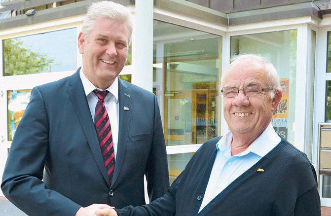 Da ist die Überraschung geglückt: Bürgermeister Werner Peitz gratuliert Reinhold Hartmann herzlich zur Ehrennadel der Stad