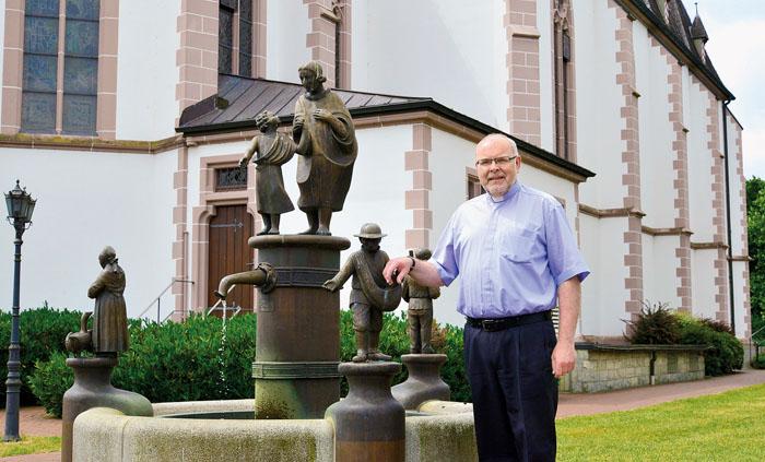 Noch ein letztes Mal ganz offiziell an seiner Wirkungsstätte: Pfarrer Jürgen Hülseweh verlässt Westenholz mit einem lache