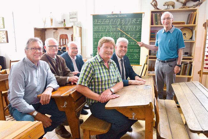Wie es damals in der Schule war, zeigte Dieter Rüthing (v.r.) Bürgermeister Werner Peitz, Martinus Förster, Klemens Schäf