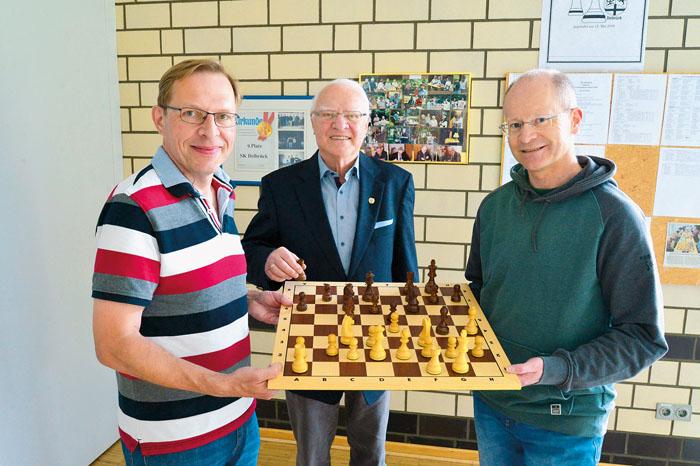 Meinolf Kemper (v.l.), Hans-Erich Dietz und Helmut Erdtmann möchten die Faszination Schach zeigen. Foto: DSA/Addicks