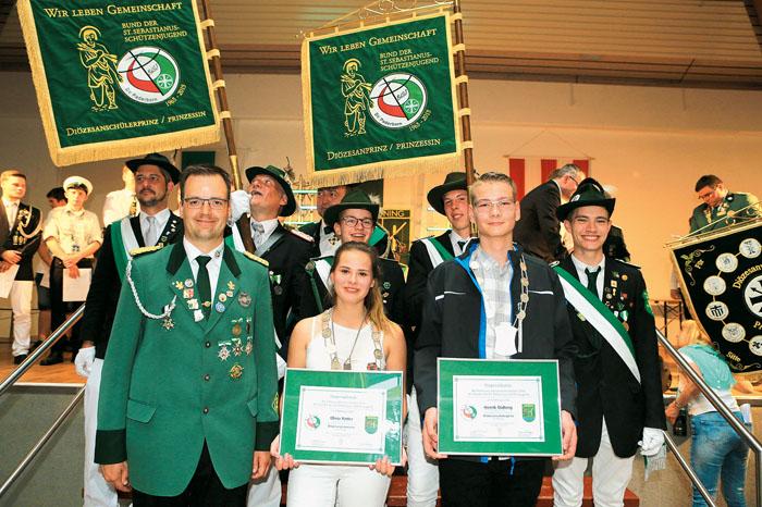 Diözesanjungschützenmeister Hendrick Hillebrand gratuliert der Diözesanprinzessin Olivia Kötter und dem neuen Diözesansc