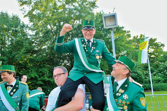 Genau um 19.21 Uhr ging es für Stefan Berkemeier auf die Schultern der Kameraden Klaus Müller und Andreas Schmitz.