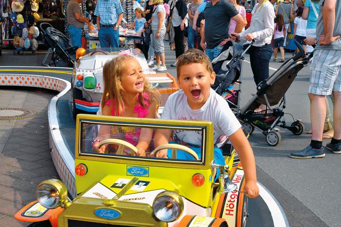 Während die Erwachsenen auch gerne mal ein Schwätzchen halten, vergnügen sich die kleinen Jakobimarkt-Besucher  in den zah