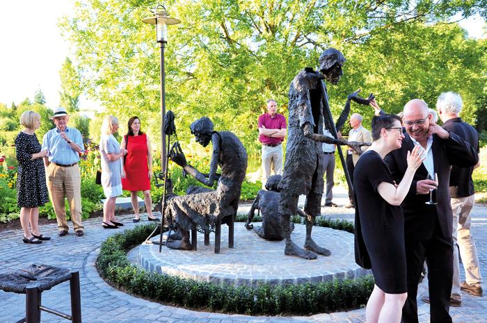 """""""Der Knoten im Garn"""" zeigt eine dreiköpfige Spinnerfamilie aus Bronze und steht nun am Teich der Flora Westfalica. Foto:"""