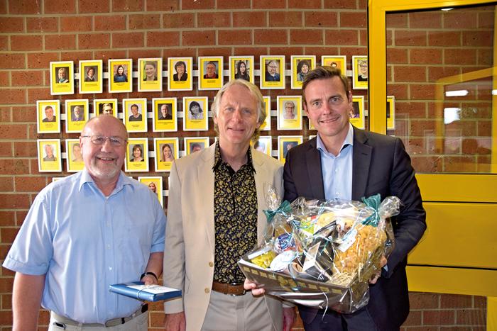 Bürgermeister Andreas Sunder (rechts) und Günter Hetzel (links, ehem. Jugenwerkleiter) verabschieden Reinhard Bardt. Foto: