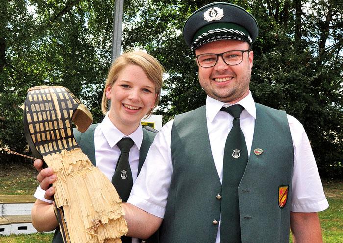 König Frank I. Buschsieweke lässt sich gemeinsam mit seiner Partnerin Annika II. Stüker von den St. Laurentius-Schützen f