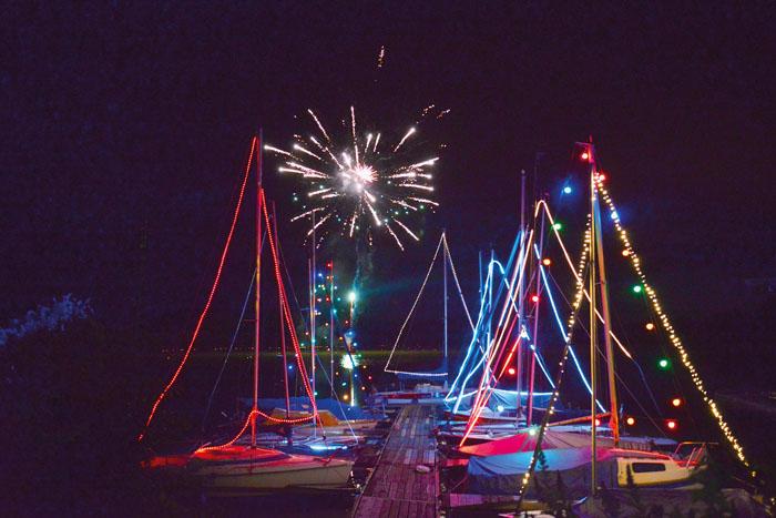 Ein prächtiger Anblick: Hinter den bunt leuchtenden Segelmasten steigen die Feuerwerksraketen auf und lenken alle Blicke auf