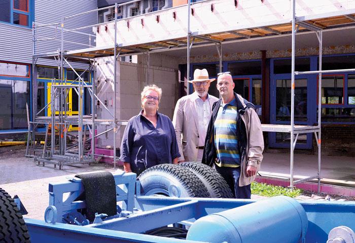 Theresia Diekmann-Brusche (Schulleiterin), Architekt Wolfgang Just und Bauleiter Burkhard Kaiser vor dem Anbau, mit dem die M