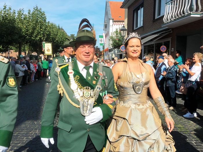 Wer hätte gedacht, dass der Besuch am Niederrhein so enden wird? Udo und Beate Kanter schreiten freudestrahlend durch Xanten