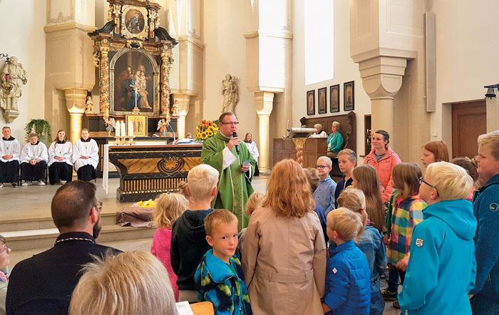 Pfarrer Andreas Zander feiert mit vielen Besuchern eine Familienmesse, begleitet vom Familienliturgiekreis und vom Jugendorch
