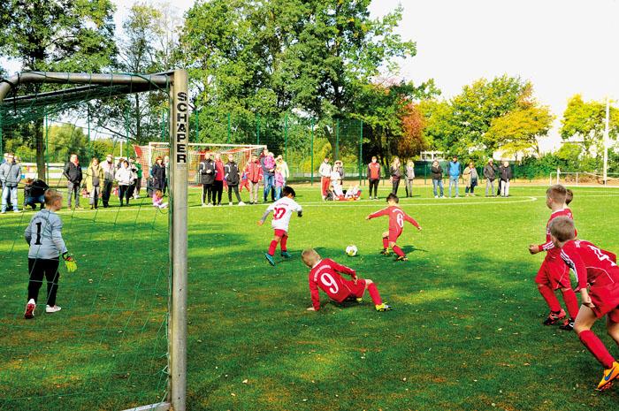 Die F-Jugend von Neuenkirchen (rote Trikots) und Spexard waren am Einweihungstag die ersten sportlichen Aktiven auf dem neuen